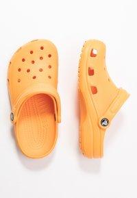 Crocs - CLASSIC - Chaussons - cantaloupe - 3