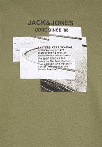 Jack & Jones - JCOSAWYER TEE CREW NECK - Print T-shirt - deep lichen green - 2