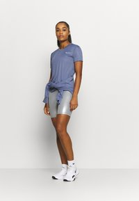Nike Performance - MILER - T-shirt med print - world indigo/silver - 1
