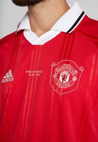 adidas Performance - MUFC ICONS TEE - Klubbkläder - real red - 4