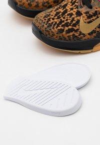 Nike Performance - METCON - Sportschoenen - black/metallic gold/chutney - 5