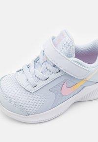 Nike Performance - DOWNSHIFTER UNISEX - Juoksukenkä/neutraalit - football grey/multicolor/white/crimson tint - 5