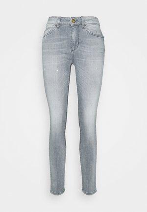 DIVINE - Skinny džíny - grey raziel wash