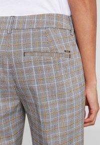 TOM TAILOR DENIM - CIGARETTE PANTS - Pantalon classique - grey/yellow - 6