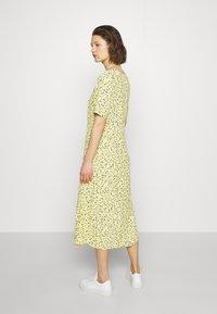 Moss Copenhagen - JILLIAN DRESS - Denní šaty - banana - 2