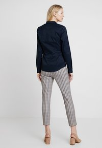 Tommy Hilfiger - HERITAGE SLIM FIT - Button-down blouse - midnight - 2