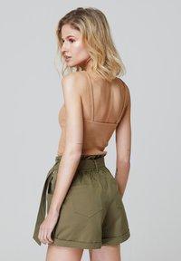 FELIPE ALBERNAZ - Shorts - khaki - 1