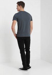 Alpha Industries - BASIC - Print T-shirt - grey/black - 2