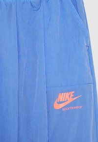 Nike Sportswear - HERITAGE PANT - Trainingsbroek - royal pulse/pink - 2