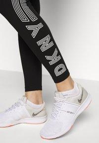 DKNY - HIGH WAIST TRACK LOGO - Collants - black/white - 4