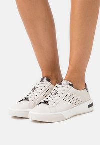 MICHAEL Michael Kors - CODIE LACE UP - Trainers - cream - 0