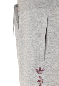 adidas Originals - LOGO - Tracksuit bottoms - medium grey heather/scarlet - 2