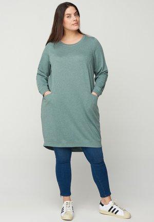 MIT TASCHEN - Jersey dress - green