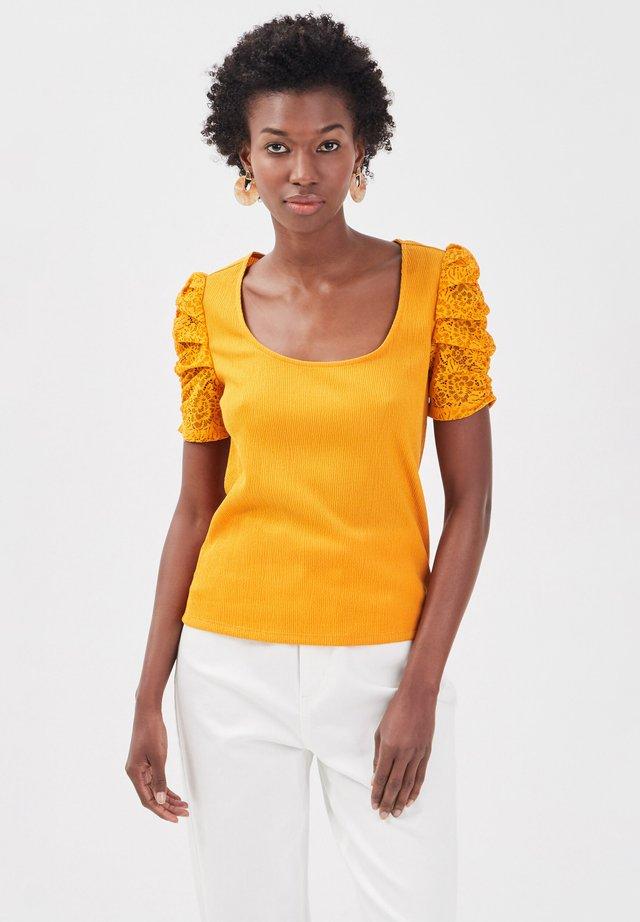 T-shirt con stampa - jaune foncé