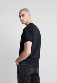 Calvin Klein Jeans - BADGE TURN UP SLEEVE - Triko s potiskem - black - 2