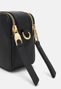 Versace Jeans Couture - THELMA CAMERA BAG - Torba na ramię - nero - 4