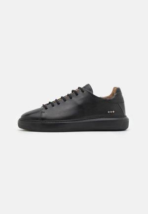 COSMOS DERBY SHOE - Sneakers laag - black