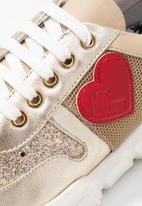 Love Moschino - Matalavartiset tennarit - beige/platinum - 2