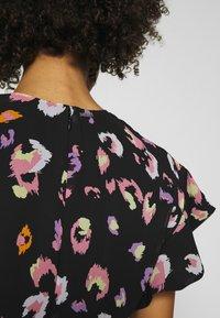 Guess - AYAR DRESS - Denní šaty - black/multi coloured - 5