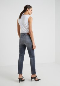 CLOSED - PEDAL PUSHER - Džíny Relaxed Fit - mid grey - 2