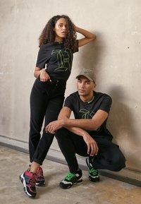 Tommy Hilfiger - UNISEX LEWIS HAMILTON TEE - T-shirt print - black - 4