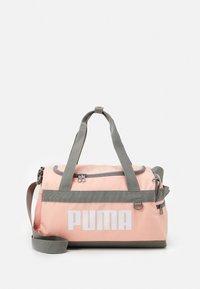Puma - CHALLENGER DUFFEL BAG XS UNISEX - Sportovní taška - apricot blush - 0