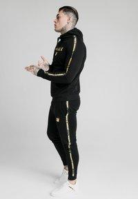 SIKSILK - PRESTIGE - Jersey con capucha - black/gold - 4