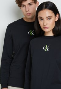 Calvin Klein Jeans - BACK GRAPHIC UNISEX - Long sleeved top - black - 6