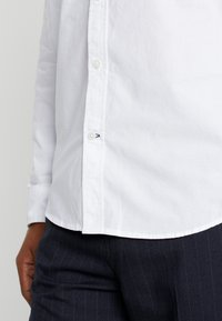 GAP - BASICS SLIM FIT - Hemd - optic white - 6