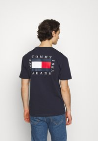 Tommy Jeans - BOX FLAG TEE - Print T-shirt - blue - 2