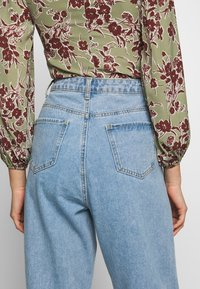 Missguided - SLOUCH HIGHWAISTED PLEAT DETAIL - Relaxed fit jeans - lightwash - 4