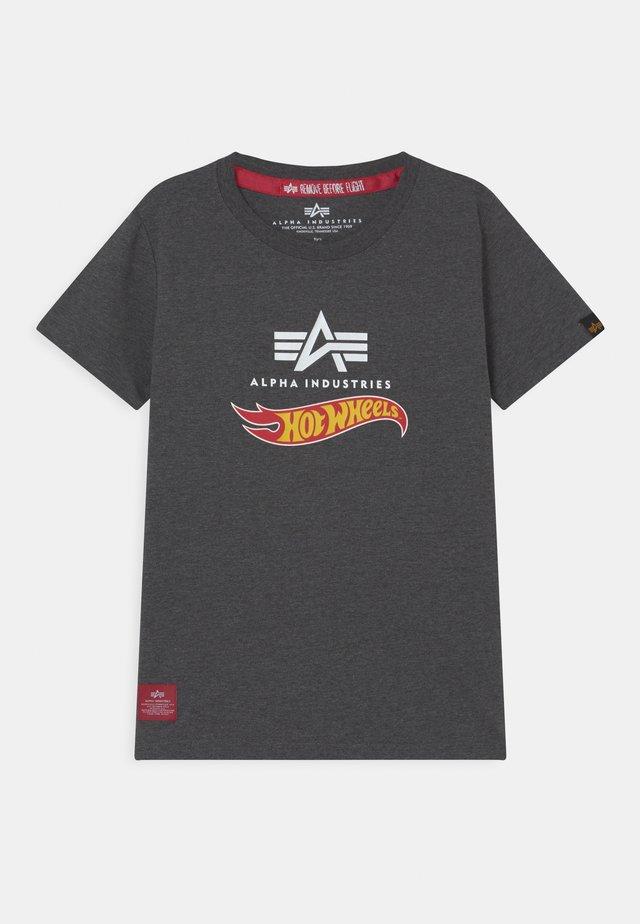 HOT WHEELS FLAG - T-shirt print - charcoal heather
