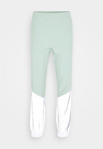 FREDERICK REFLECTIVE TRACK PANTS - Broek - granite green