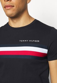 Tommy Hilfiger - GLOBAL STRIPE TEE - T-shirt imprimé - blue - 5