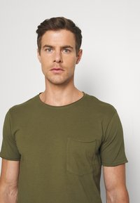 Lindbergh - WASHED TEE - T-shirt - bas - army - 4