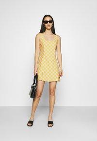 Glamorous - MINI DRESS WITH FRONT SIDE SPLITS - Kjole - yellow checkboard - 1