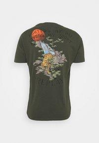 Replay - T-shirt con stampa - khaki - 1