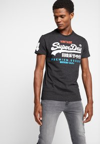 Superdry - Print T-shirt - oxide black feeder - 0