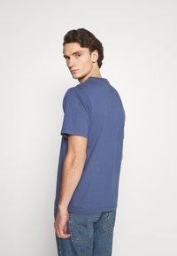 Levi's® - GRAPHIC MOCKNECK TEE UNISEX - T-Shirt print - blue indigo - 2