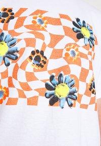 Vintage Supply - TRIPPY CHECKERBOARD FLOWER GRAPHIC UNISEX - Triko spotiskem - white with rust - 5