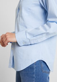 GAP - FITTED OXFORD - Button-down blouse - light blue - 5