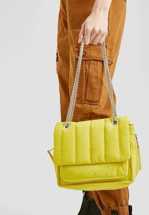 GESTEPPTE UMHÄNGE - Handbag - neon yellow