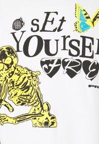PRAY - SET YOURSELF FREE UNISEX - Collegepaita - off white - 4