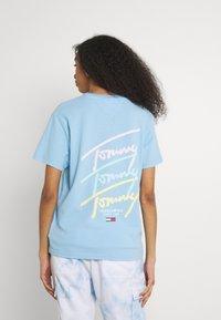 Tommy Jeans - REPEAT SCRIPT TEE - Triko spotiskem - light powdery blue - 2