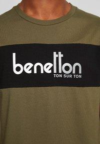 Benetton - T-shirt z nadrukiem - olive - 5