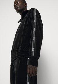 Versace Jeans Couture - MAN LIGHT - Zip-up hoodie - nero - 5