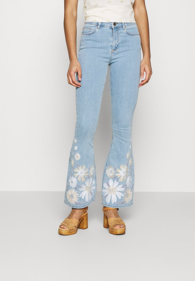 EVA EXTRA FLARE EMBRO  - Jeans a zampa - light denim