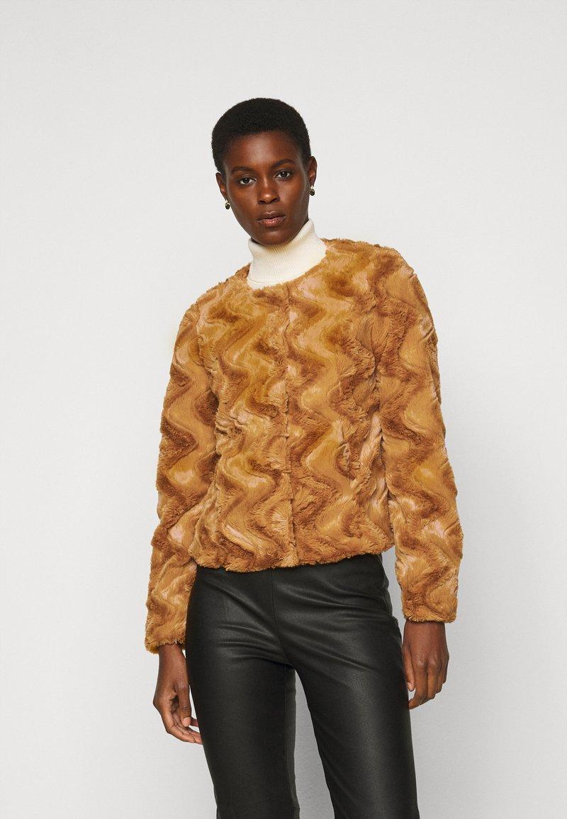 Vero Moda Tall - VMCURL SHORT JACKET - Winter jacket - buckthorn brown