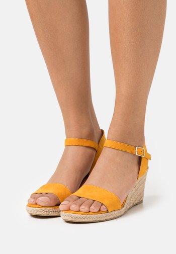 Sandály na klínu - mango