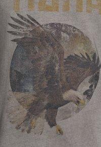 Tigha - EAGLE WREN - Print T-shirt - vintage grey - 5